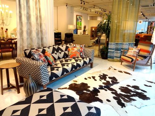 アフリカンなイメージの張地とカーテン