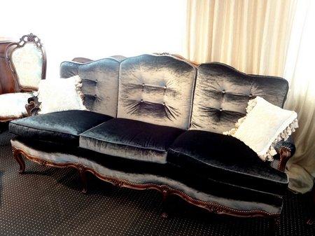 ミッドナイトブルーのクラシックソファ