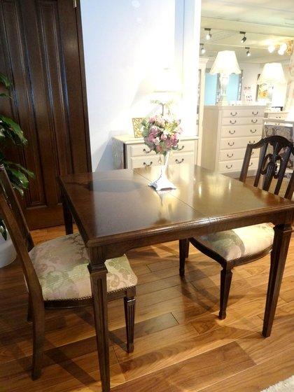 椅子の張地とお揃いのテーブルランナー
